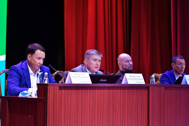 Рустам Нигматуллин (второй слева):«Чем интересно Муслюмово? Они взяли ивсе программы сконцентрировали, сшили исделали такое сшитое пространство.Переходит набережная впарк, переходит вмайдан, переходит вулицы»