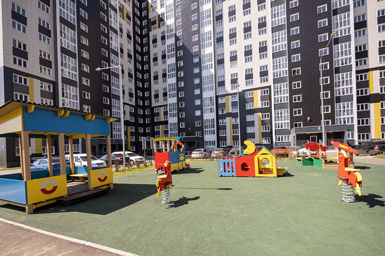 «Детские площадки тоже радуют: есть большие песочницы для малышей. Для тех, кто постарше, есть баскетбольные, волейбольные площадки, хоккейная коробка. Авпрошлом году управляющая компания установила зимние деревянные горки»