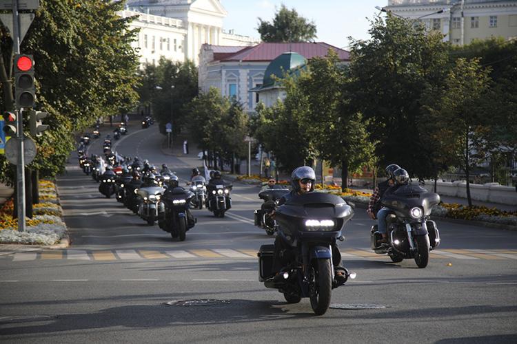 У Центра семьи «Казан» состоится фестиваль «Два Кремля» мотоклуба Harley-Davidson с мото-фристайл шоу, а в 15.00 участники фестиваля сформированной колонной мотоциклистов доедут до площади 1 Мая, а затем посетят ипподром