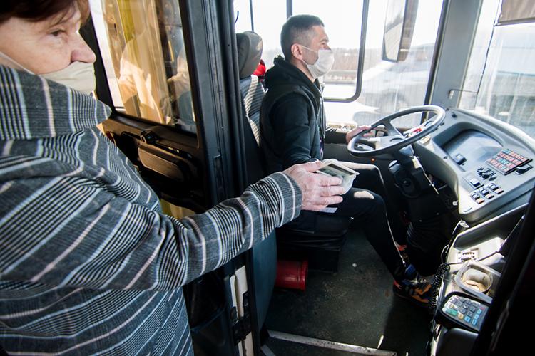 «Пофакту водители работают до200, ипри такой норме получают порядка 60— 65 тысяч рублей. Уровень зарплаты кондукторов— 35— 40 тысяч, тоже при балансе рабочего времени»
