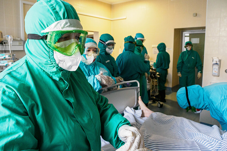 «Сейчас врачи с«ковидными» надбавками довольно-таки прилично зарабатывают. В2020 году зарплата была под 83 тысячи рублей, впервом квартале— 74 тысячи, ноэто учитываются только высококвалифицированные кадры— врачи ихирурги»