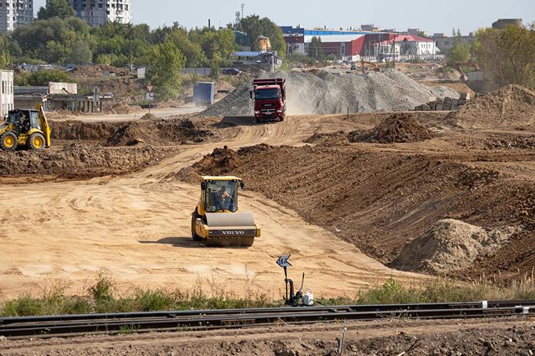 «Только надороги вэтом году направлено почти 12 миллиардов. Помимо капремонта строится Вознесенский тракт, дорога -дублер Горьковского шоссе, Большое казанское кольцо продолжаем строить»