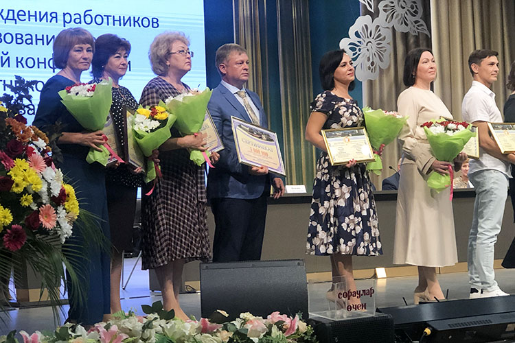 Сертификатом на1млн рублей Магдеев наградил гимназию №26, изрук вруки его получил директорАндрей Сальников