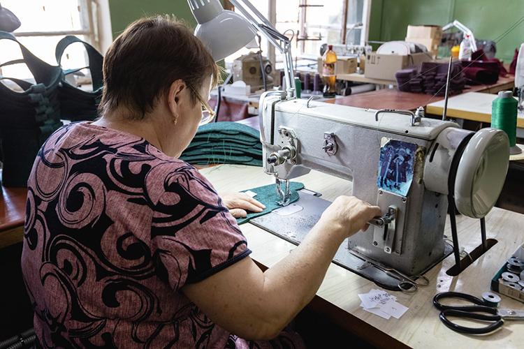 «Автоматизировать пошив валенок нельзя, они унас— ручной работы. Мывмесяц производим максимум 2500 пар, причем, объем зависит именно отшвей»