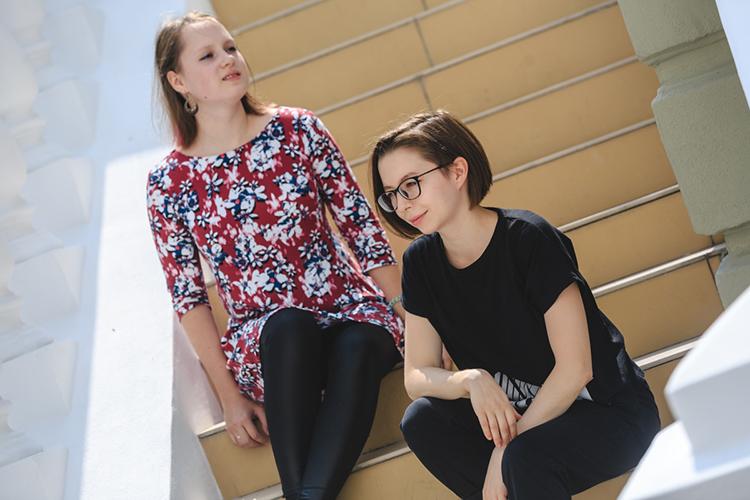 Бэк-вокалистка группы Juna Александра Мустафина (слева) и вокалистка группы Ания Файзрахманова