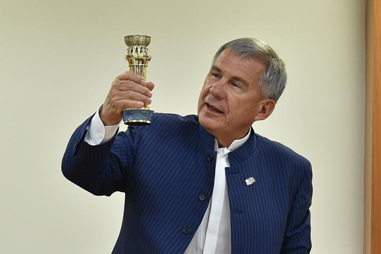 Рустам Минниханов срадостью принял кубокTANECO, нопожелал, чтобы позавершению сезона «АкБарс» выиграл другой кубок. Побольше.
