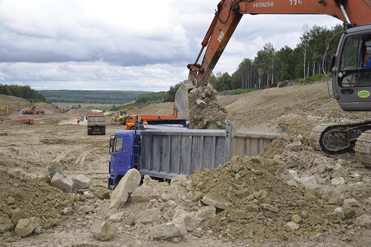Сегодня научастке сделаны все земляные работы. Как говорит Комаров, это 23% отсметной стоимости строительства дороги. Сколько еще потребуется денег, бизнесмен сказать затруднился, указав, что цены наматериалы неуклонно идут вверх (на фотостроящаяся автомагистраль Алексеевское - Альметьевск)