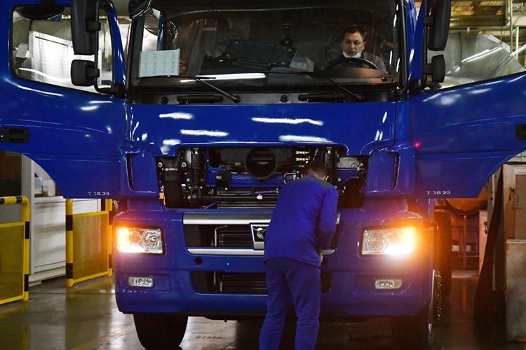«Результаты такой помощи хорошо видны поработе его предприятий. Запервые четыре месяца 2021 года производство грузовиков здесь выросло почти на40%. КамАЗ остаётся, конечно, безусловным лидером всвоем сегменте ирасширяет— серьёзно, системно расширяет свой экспорт»