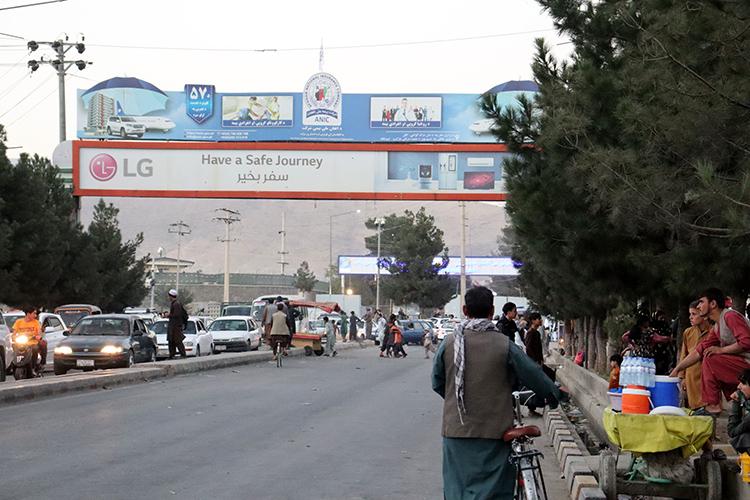 Аэропорт Кабула— единственное место, откуда можно улететь изАфганистана после захвата власти талибами, там постоянно находятся тысячи человек, стремящихся покинуть страну. Его террористы ивыбрали своей мишенью