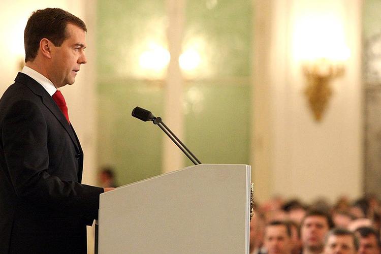 «Медведев был насъезде ЕдРа идаже выступил сприветственным словом. Или прощальным?»