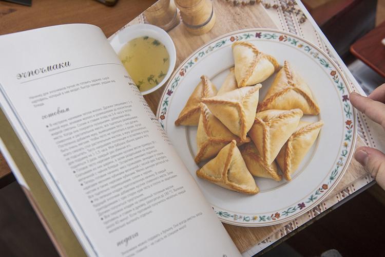 «Я не пью горячий чай из блюдечка, я не ем чак-чак на десерт, я не пеку треугольники по выходным. Но я не делала этого и в Казани. Я не люблю выпечку»