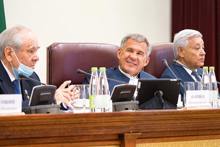 Минниханов размеренно руководил заседанием, попивая чай смолоком ивызывая ктрибуне докладчиков, рассказывавших обуспехах Татарстана внациональной имежнациональной сферах