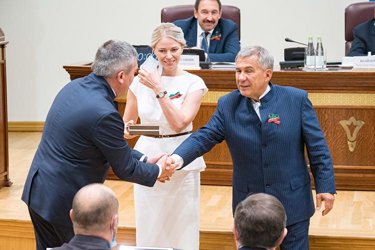 Завершилось заседание вручением ключей отавтобусов представительствам Ассамблеи народов Татарстана внескольких районах республики
