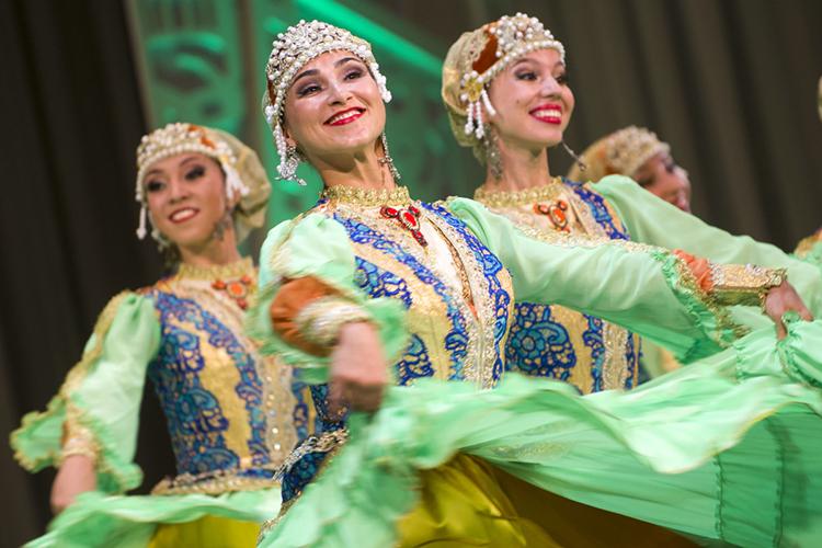 У татар особая связь смузыкой, незря многие начинают плакать, едва услышав знакомые мелодии народной песни, настолько это заложено вдушу татарского человека
