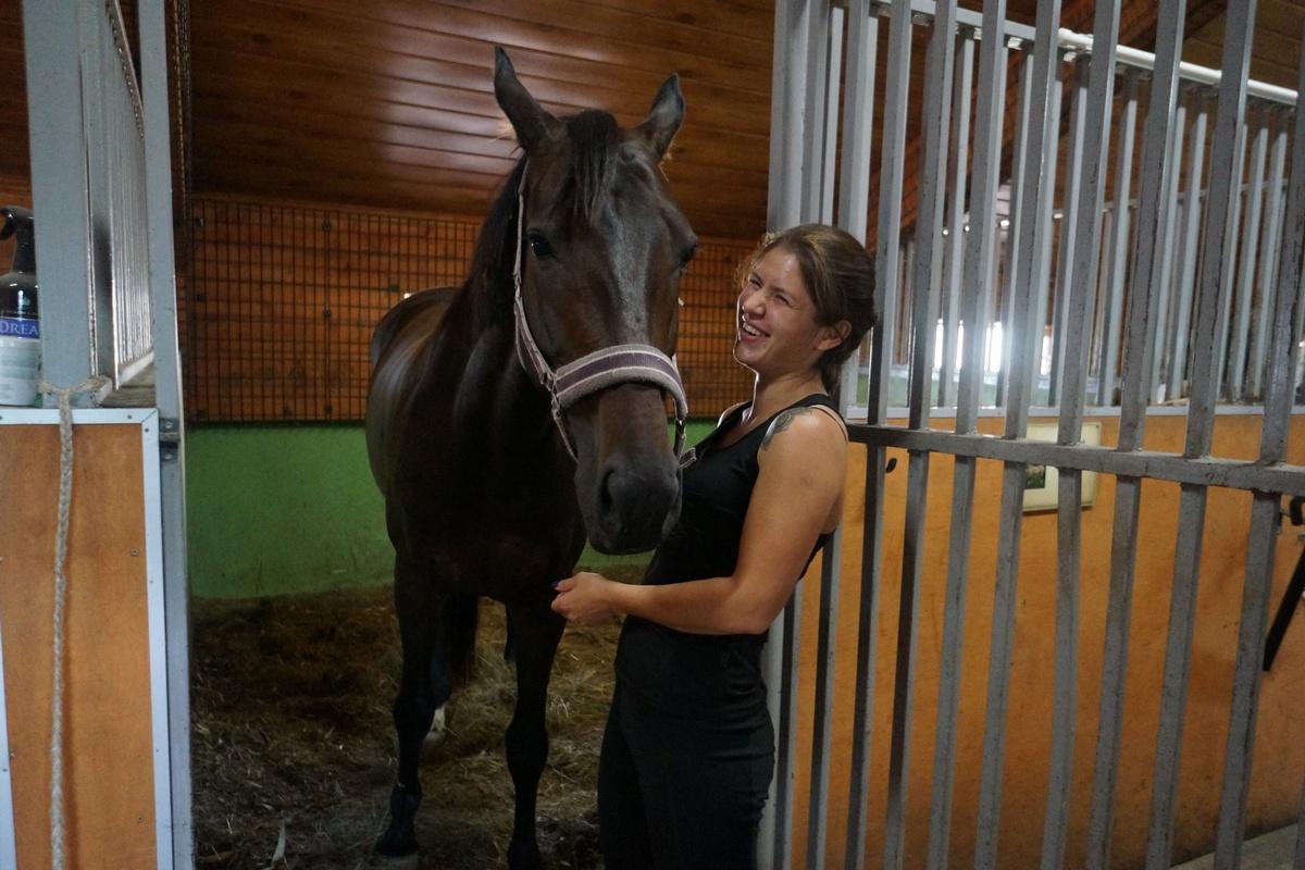 """Регина Гареева:«Унас есть небольшой отель, где мыпредоставляем свои услуги: чистим лошадку, кормим, тренируем.Изначально мыработали вКСШ """"Тулпар"""" вЧелнах. Носпустя какое-то время Миннехузин решил открыть свой конно-спортивный комплекс. Собственно, сэтого иначалась наша история»"""