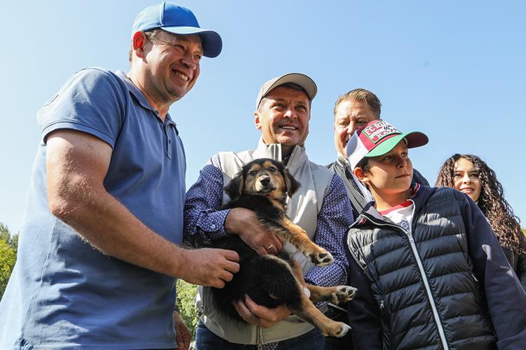 Леонид Слуцкийже остановился накрупном щенке, которому теперь суждено, пословам главного тренера, стать «собакой полка»: ухаживать засобакой будут все спортсменыпоочереди