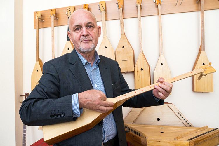 «Конечно, качество моих инструментов невсегда соответствует концертным стандартам, нояэто делаю для себя, для души. Янерассчитываю начью-либо помощь, хотя дело это затратное итрудоемкое»