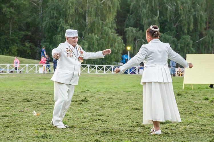 «Наши бабушки и дедушки разговаривали по-другому. А мы уже говорили на татарском. Например, в детстве мы считали, что наша бабушка говорит неправильно, потому что она неграмотная»