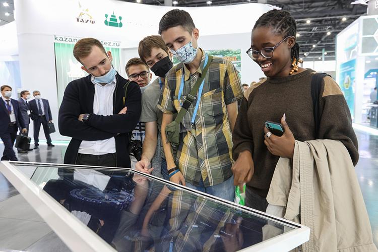 Интерес вызвал стенд «Татнефти», накотором можно было сыграть винтерактивную игру «Кто хочет стать нефтяником?», отвечать наспецифические вопросы оботрасли