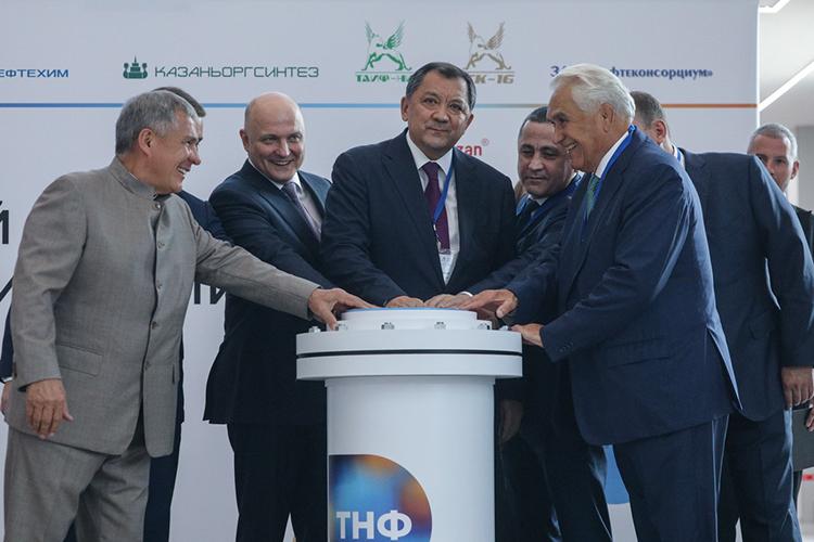 Геннадий Шмаль (справа): «Несмотря напроиски наших друзей иврагов, нефтегазовый комплекс неумер. Хотя мысемьлет живем вусловиях санкций, естьочем поговорить»