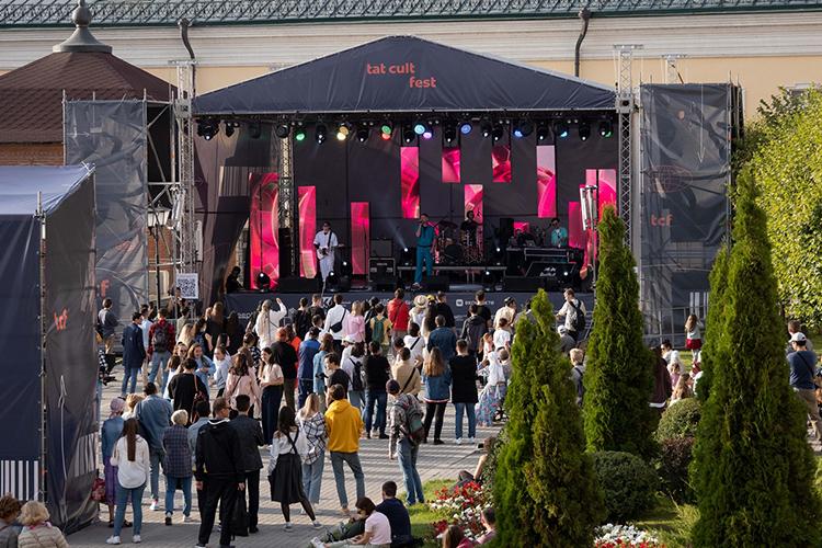 Впереди было выступление музыкальных хедлайнеров: петербургско-казанской группы АИГЕЛ, турка изГермании Elektro Hafiz, атакже украинского гитаристаЭнвера Измайлова