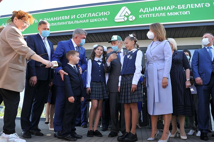 Шаймиев тепло поздоровался ссобравшимися иперекинулся парой фраз сродителями, которых непустили налинейку