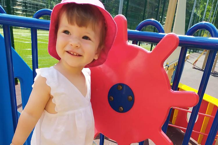 ДвухлетняяАлена ТунгусоваизКазани, несмотря насвой недуг, умеет радоваться жизни ирадовать близких, любит рисовать. Особенно ейудаются зеленые луга скрасными точками— цветами