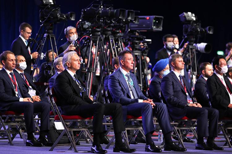 Упомянули нафоруме иобукраинском лидереВладимире Зеленском. Путин заверил, что будет рад, если президент Украины приедет нафорум воВладивостоке или Петербурге