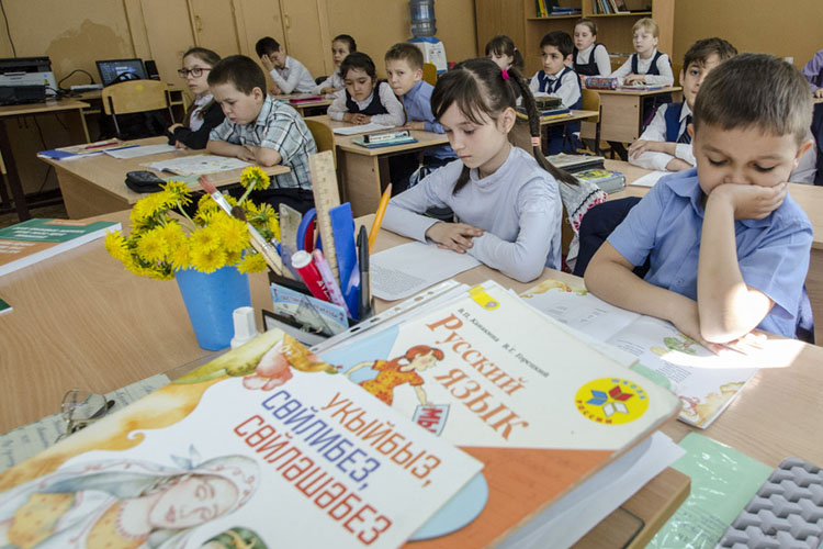 Авторы письма жалуются, чтовшколах Москвы ученикам иихродителям недают выбирать родным языком никакой иной, кроме русского