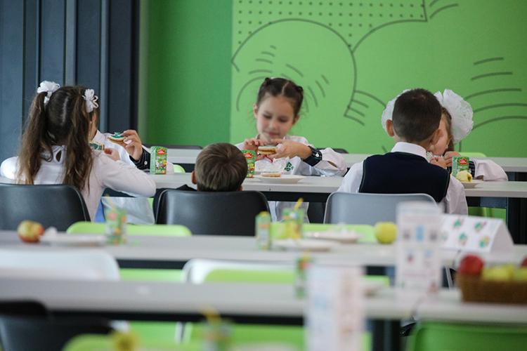 «Детям там некомфортно в столовой. В начальной школе еду на столы накрывают. Соответственно, пока накроют стол на всех 400 детей, еда уже успевает остыть. Из-за количества страдает не только качество образования, но и все остальное — питание, воспитание»