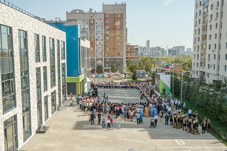 «Мне не нравится, что школа огромная — в этом году набрали 20 первых классов. До буквы «Ф»!Лучшебы построили несколько таких школ меньшей вместимостью вовсех районах Казани, чем одну огромную водном месте»