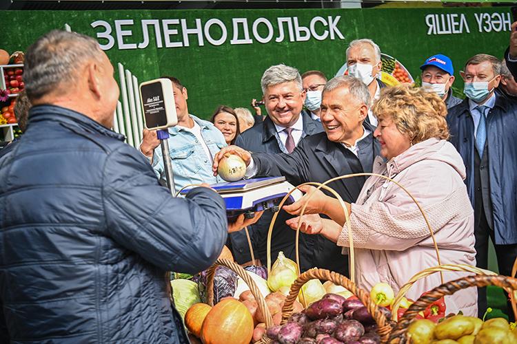 Президент РТ осмотрел ярмарочную площадку и торговые павильоны агропромпарка, ознакомился с ассортиментом сельхозтоваров, пообщался с садоводами