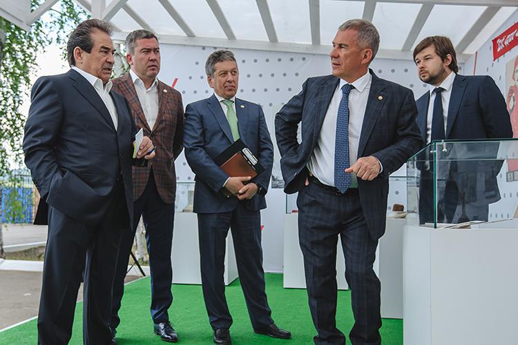 Первое место врейтинге остается заНаилем Магановым (второй справа).Именно сего подачи«Татнефть»вкладывает неслыханные посовременным российском меркам средства всоциалку. Вэтом его поддерживает Рустам Минниханов(справа).Шафагат Тахаутдинов(слева) по-прежнему остается крайне влиятельной фигурой