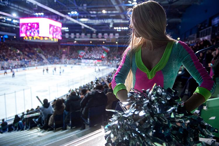 «Люди приходят смотреть нетолько нарезультаты команды. Людям хочется увидеть предматчевое шоу, посмотреть, как чирлидерши вкрасивых нарядах танцуют, полностью впитать эту атмосферу. Всё этошоу. Понятно, что сам хоккей важен. Нопросто спорт небудет настолько интересен без всего околохоккейного»