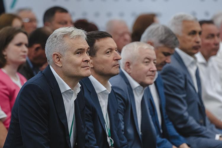Рустам Халимов (слева) –главный поставщик заказов для бизнеса наюго-востоке,Ринат Шафигуллин (второй слева)занимается всеми международными проектами изаграничными контрактами,Рустам Мухамадеев (третий слева)отвечает за социалку, хозяйственное обеспечение, внешние коммуникации, благотворительность