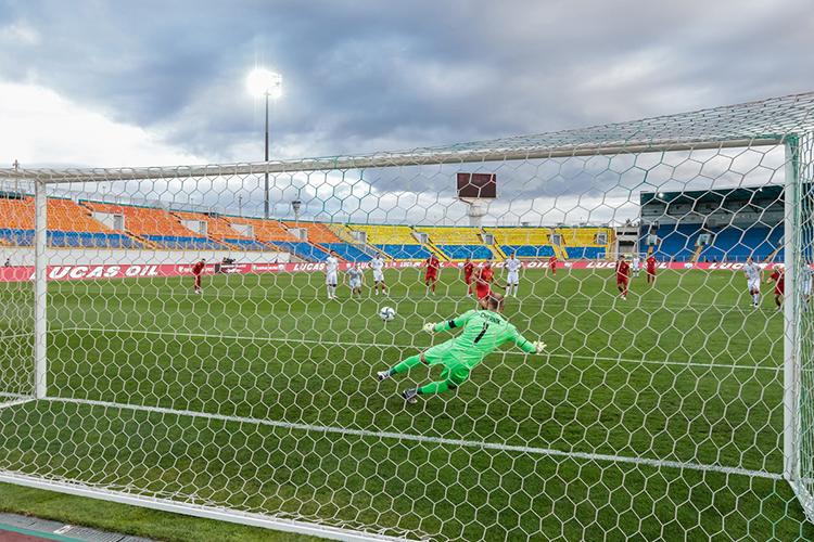 Центральный стадион в Казани был пуст, потому как правила УЕФА строго запрещают присутствие зрителей наиграх, которые проводятся нанейтральных полях
