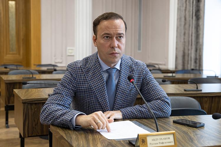 Пословам Рустама Абдулхакова, муниципальный контракт невключает очистку опор. Компания, однако, регулярно снимает состолбов незаконные рекламные объявления— заних штрафует административно-техническая инспекция