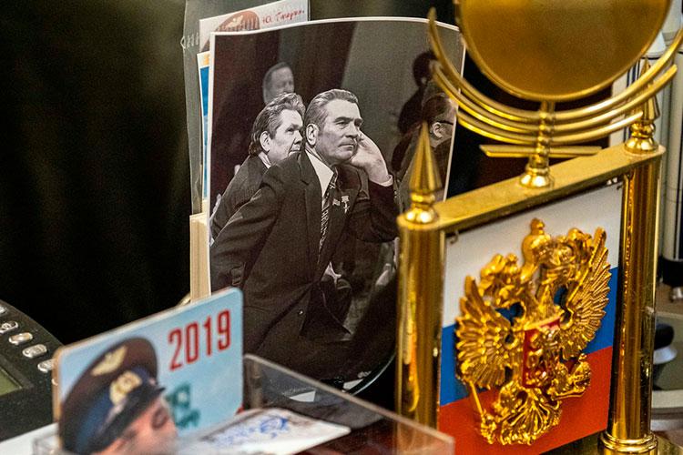 Фотография легендарного директора Казанского авиазавода Виталия Копылова на письменном столе Бориса Тихомирова в его мемориальном кабинете