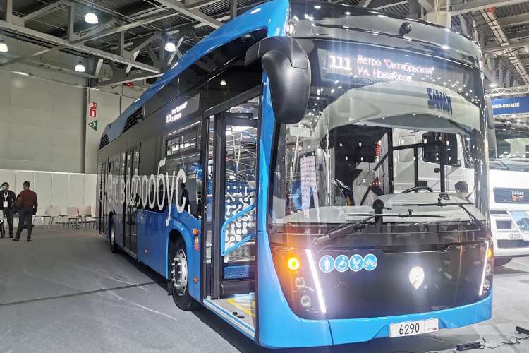 Челнинский автогигант первый день выставки вМоскве посвятил своим наработками вобласти водородного транспорта. Завод впервые представил публике«водоробус» набазе KAMAZ-6290
