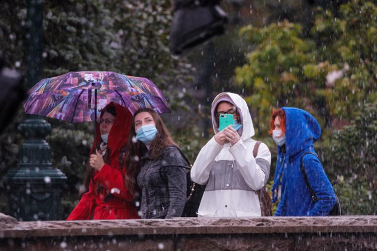 Завтраврайонах республики будет небольшой дождь сумеренным ветром.Минимальная температура воздуха ночью 2— 7 градусов выше нуля, местами напочве иввоздухе заморозки до-1 градуса.Максимальная температура воздуха днем 10-15 градусов