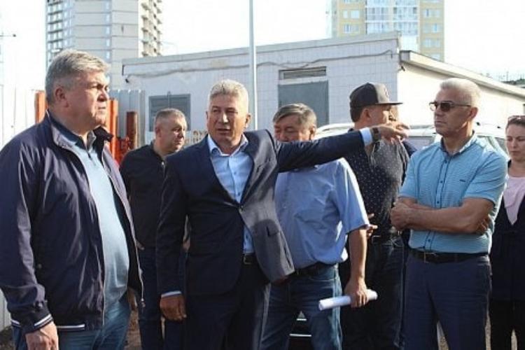 Сегодня трест «Камдостроя» собщей численностью порядка трех тысяч сотрудников управляется АОУК«Камдострой», где гендиректором является Шамил Шарипов (в центре)