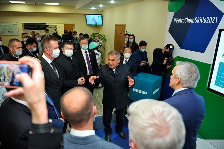 Глава республики выслушал презентацию о чемпионате и также обошел конкурсные аудитории