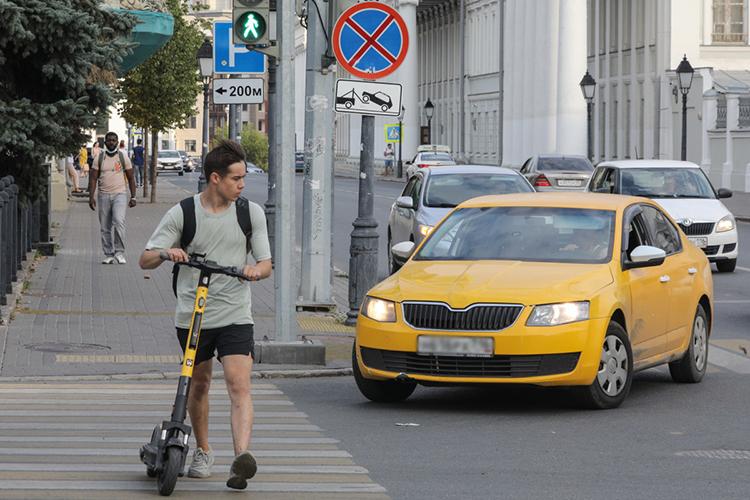 Проект вводит лимит скорости в25 км/ч натротуарах, велодорожках иобочинах дорог. Как будет контролироваться это ограничение, пока неясно