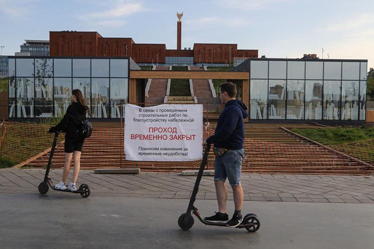 Самокатчикам встолице РТзапрещено выезжать надороги для автомобилей, повелодорожкам разрешено двигаться небыстрее 15 км/ч, апотротуарам— небыстрее 10 км/ч