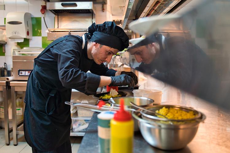 Вакансия повара в Казани весь последний год остается одной из самых востребованной, а в августе она вошла в топ-5 востребованных специалистов в ресторанной сфере по версии HeadHunter