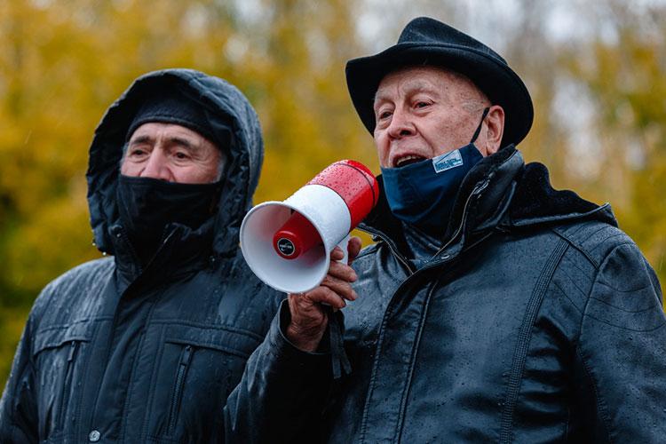 Азгар Шакиров (справа): «Хәтер көне — это же день памяти, мы вспоминаем защитников Казани в мечетях молитвой и не выступаем против русских, тут совершенно другое значение»