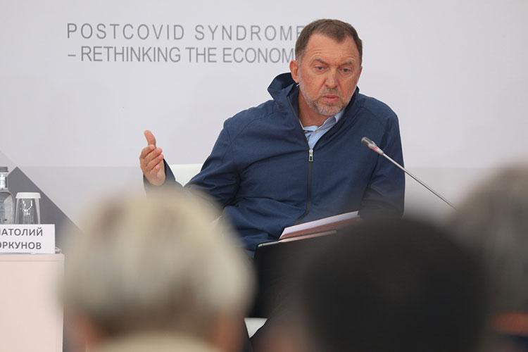 Олег Дерипаска решил испортить беззаботное настроение собравшихся и прервал рассуждения о «завершении кризиса», заявив, что «ковид не закончился»