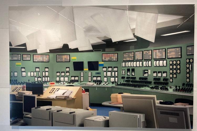 Одна изсильнейших работ навыставке посвящена трагедии наатомной станции «Фукусима-1». Наснимке изображен картонный макет комнаты управления атомной электростанцией