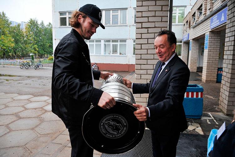 Приехав в родную школу, Сергачев первым делом передал Кубок директору Рашиту Галиахметову