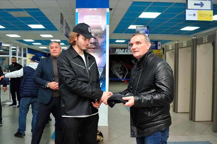 Сделав несколько фотографий сдетьми, Сергачев выхватил втолпе первого тренера ипригласил его сделать совместное фото. Апосле Михаил подарил ему чемпионскую бейсболку «Тампы»